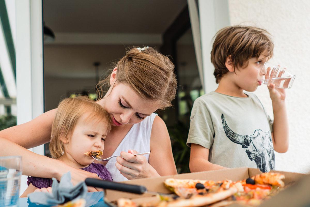 Bride feed the children in wedding day