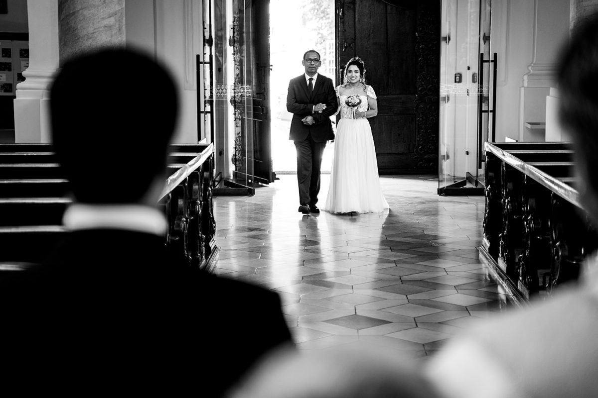 Munich wedding photographer - bride and father at the church