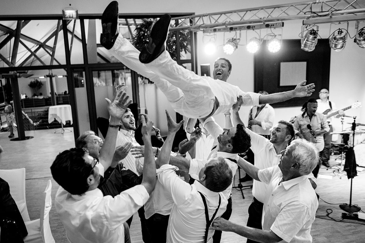 Groom is flying - Munich wedding photographer